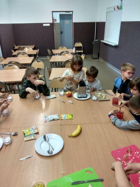 Dzieci ścierają jabłko na tarce