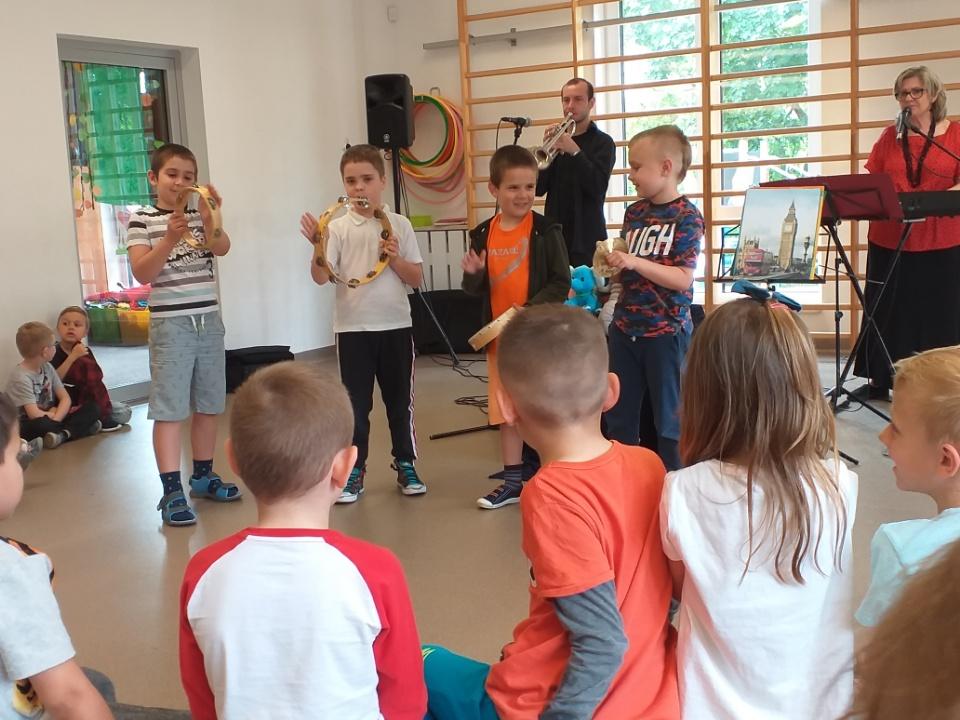 Dzieci z świetlicy grające na instrumentach muzycznych