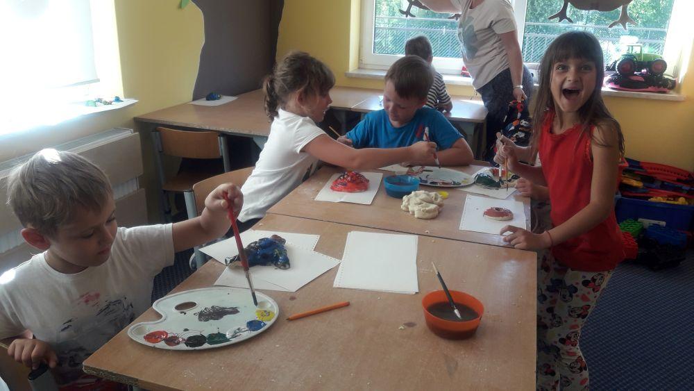 Uczniowie malują farbami wytwory swojej wyobraźni wykonane z masy solnej
