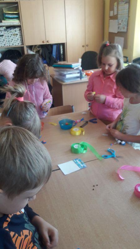 Uczniowie klasy I d wykonują ubranka z kolorowych tasiemek