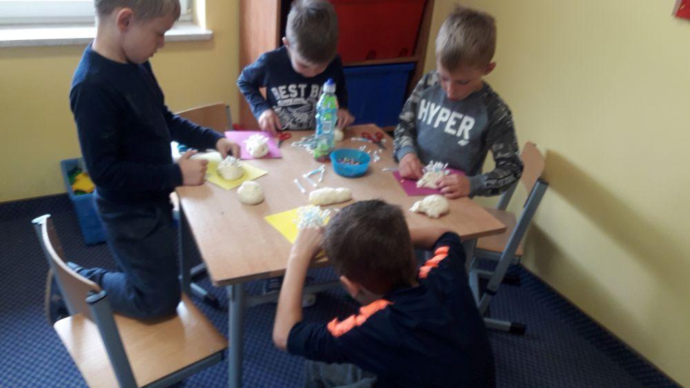 Chłopcy ozdabiają jeża kolcami