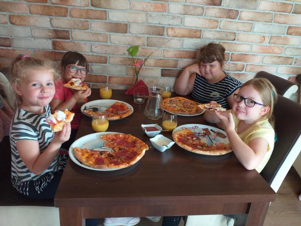 Dziewczynki jedzą pizzę