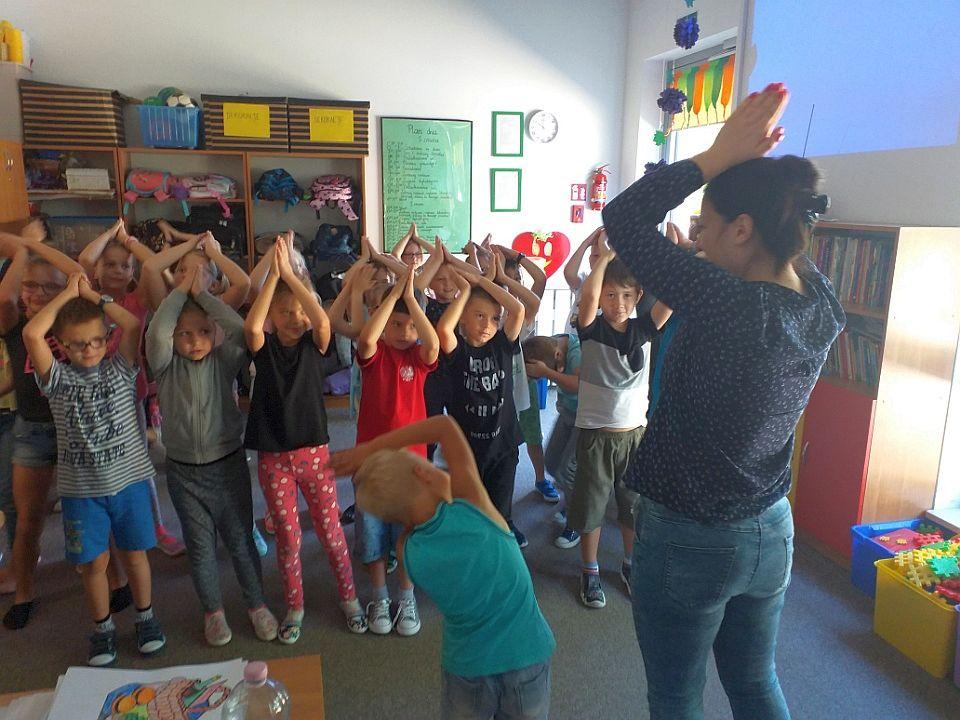 Dzieci tańczą razem z Panią Darią