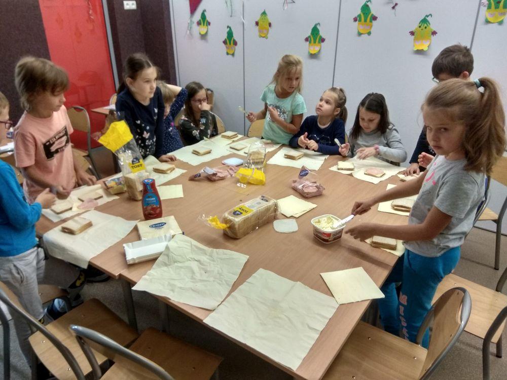 Dzieci przyrządzają tosty