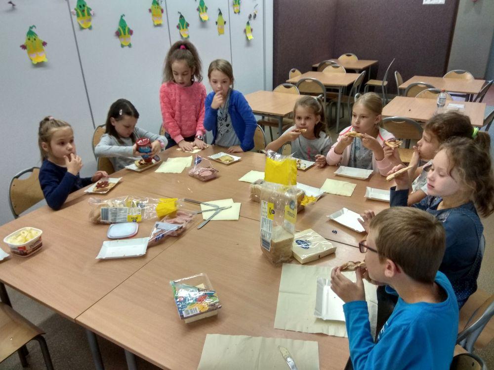 Dzieci jedzą tosty