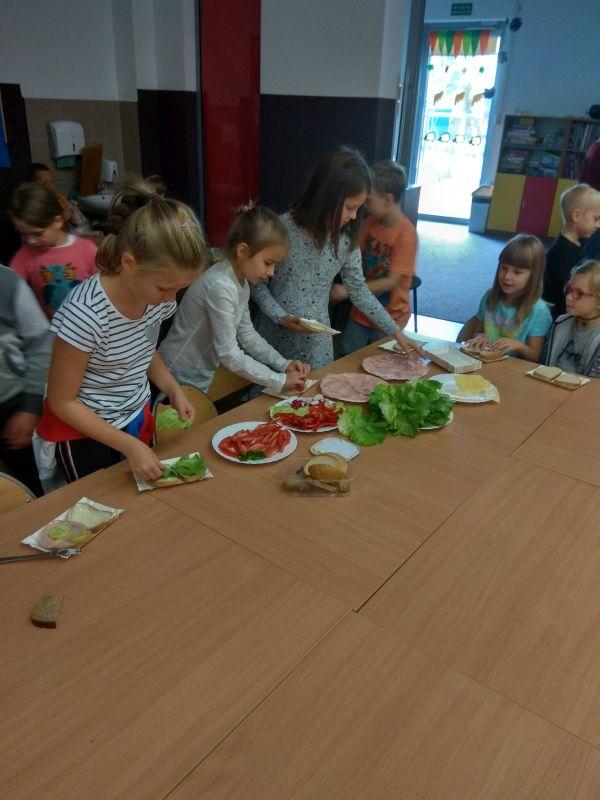 Dzieci robią samodzielnie kanapki