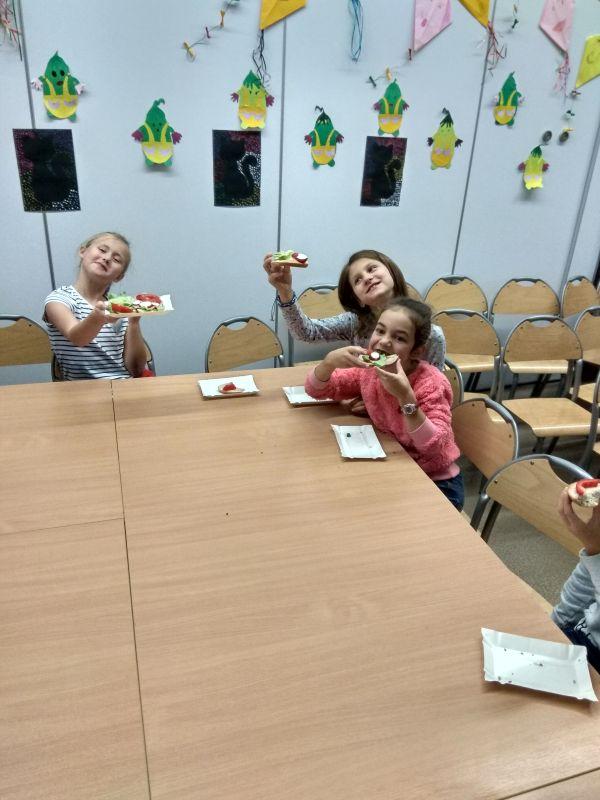 Dziewczynki jedzą kanapki