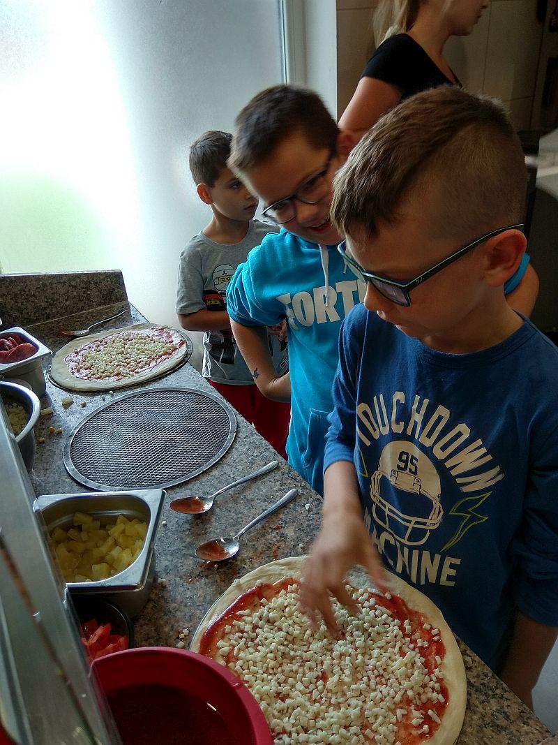 Dzieci nakładają wybrane przez siebie składniki