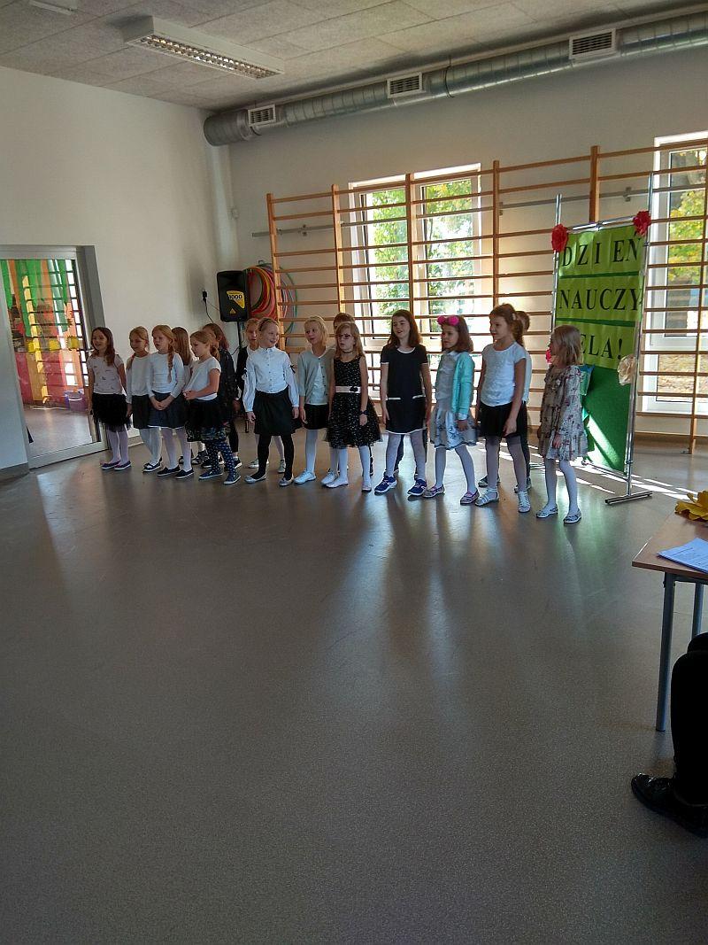 dzieci śpiewają piosenki