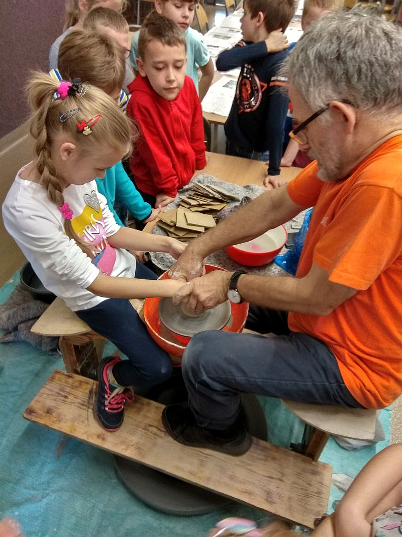 Dziewczynka wykonanuje naczynie z gliny