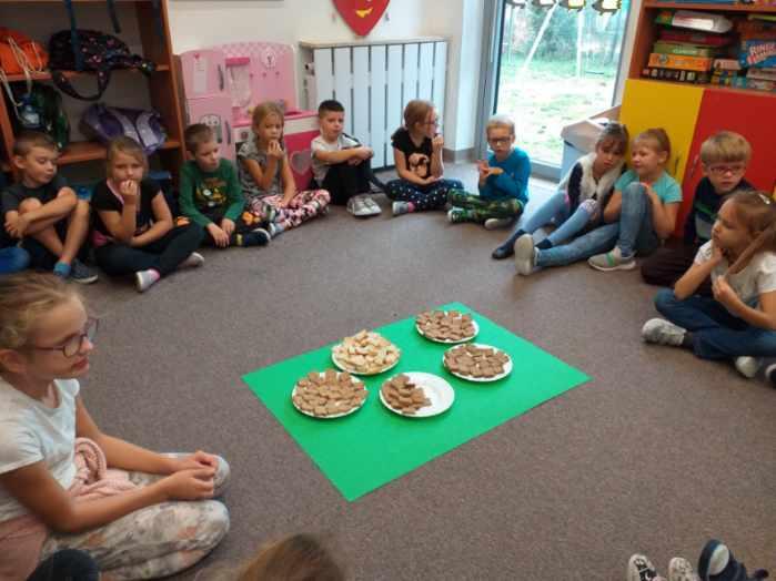 Dzieci słuchają wiadomości na temat wypieku chleba