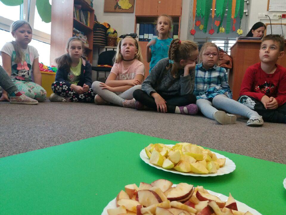 Dzieci uczestniczące w obchodach Dnia jabłka