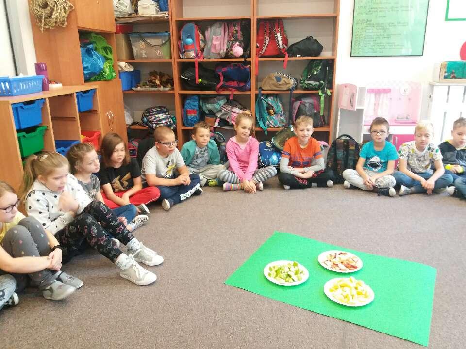 """Dzieci uczestniczące w obchodach """"Dnia jabłka"""""""