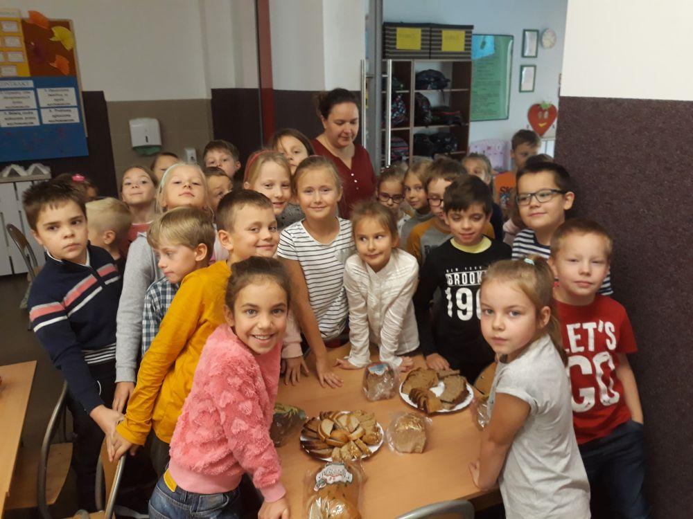 Dzieci próbują różnych gatunków chleba