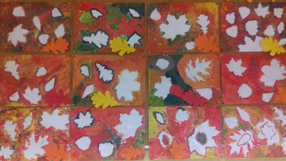 Prace plastyczne przedstawiające stemplowanie liśćmi