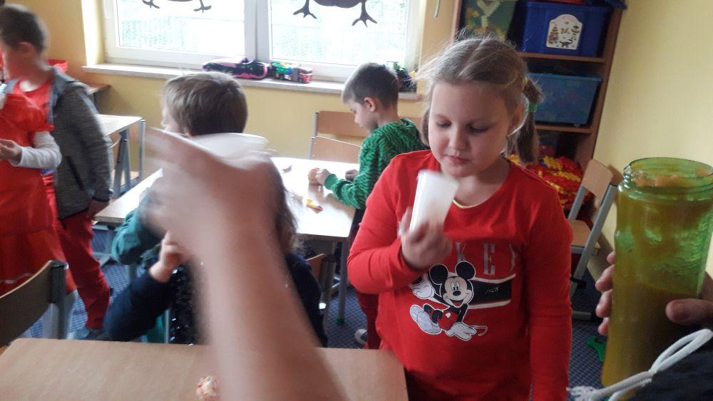 Dzieci podczas degustacji soku