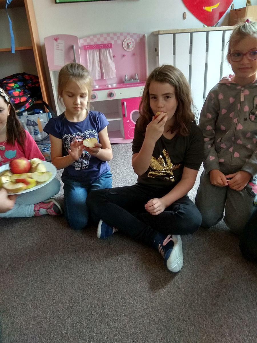 Dzieci próbują różne rodzaje jabłek