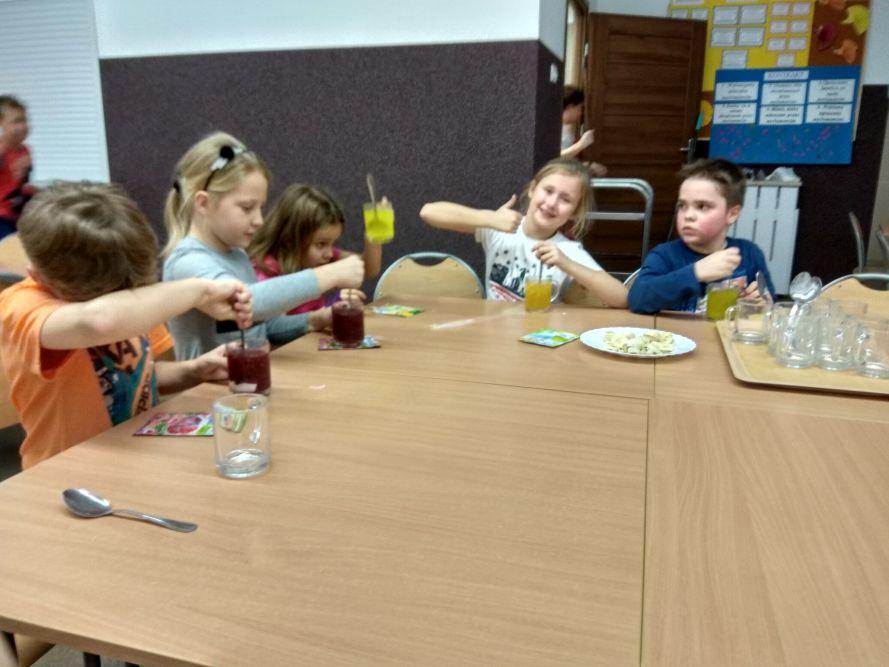 Dzieci robią kisiel