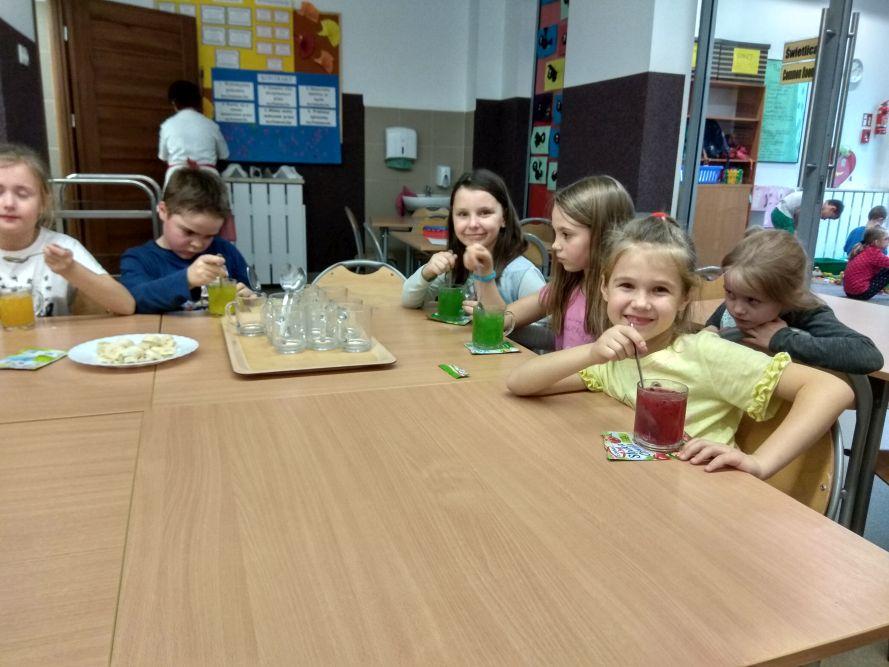 Dzieci jedzą kisiel