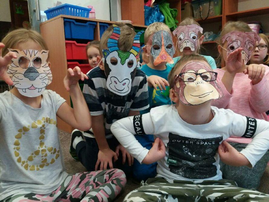 Dzieci prezentują maski zwierząt