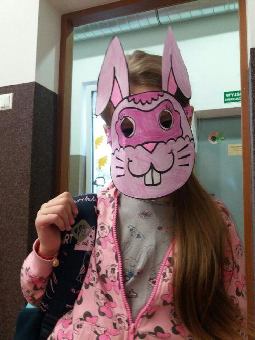 Dziewczynka prezentuje swoją maskę zajączka