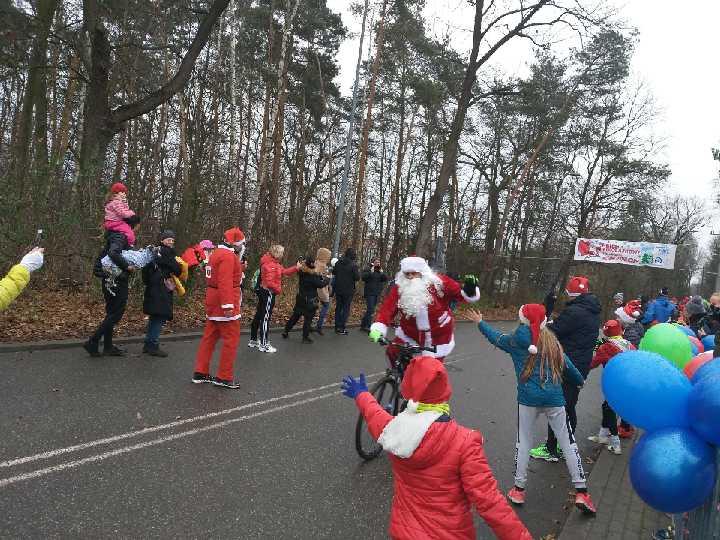 Dzieci machają, Mikołaj jedzie na rowerze