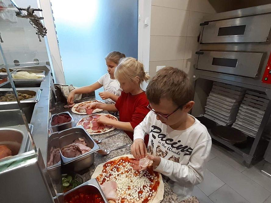 dzieci kładą składniki na ciasto