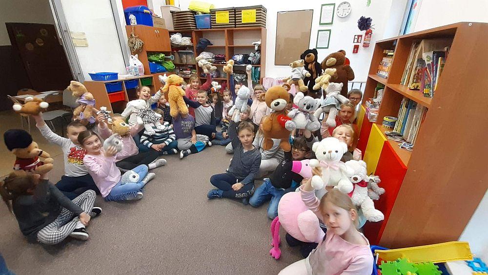 dzieci prezentują swoje misie