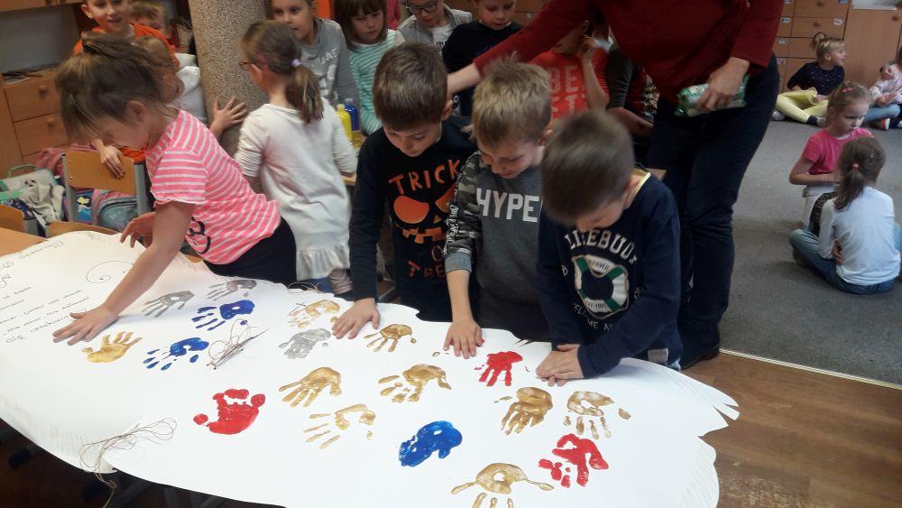 Uczniowie dłonią odbitą na kodeksie świetliczaka zobowiązują się do jego przestrzegania