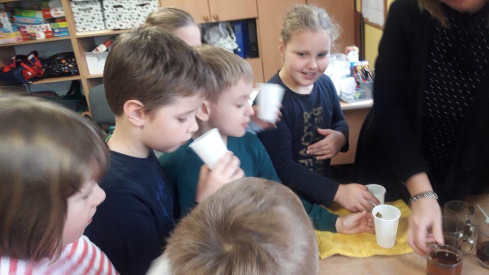 Dzieci podczas smakowania herbat