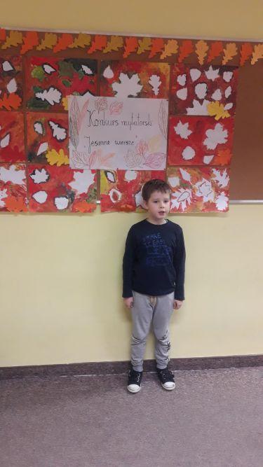 uczeń klasy I d deklamuje wiersz jesienny