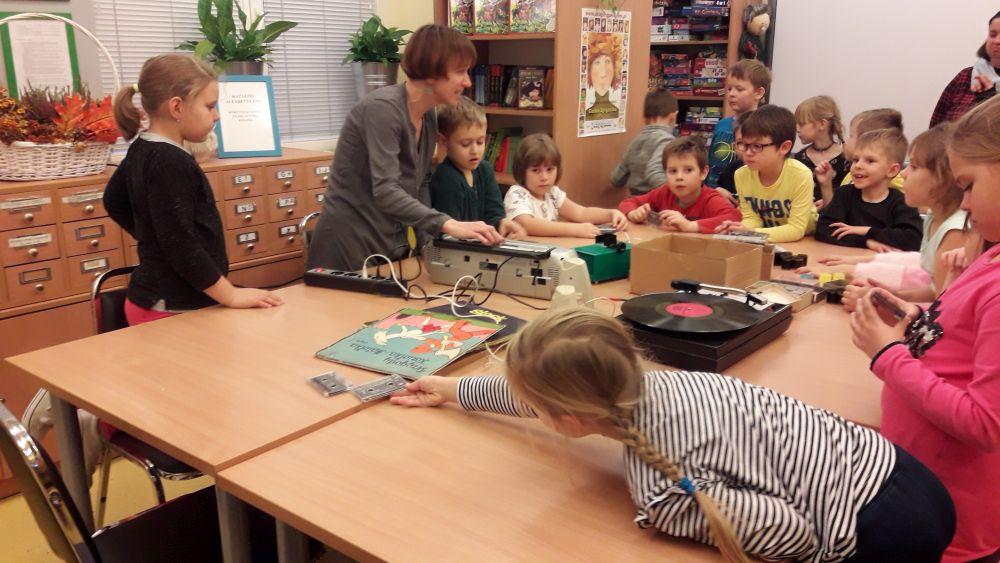 Uczniowie klasy I d słuchają nagrania z kasety magnetofonowej