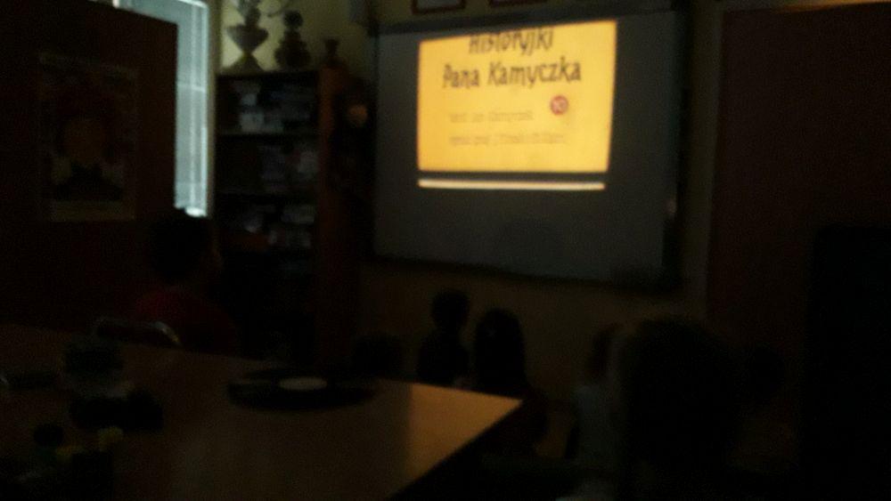 """Uczniowie oglądają """"Przygody Pana Kamyczka"""" w postaci obrazów wyświetlanych na projektorze"""