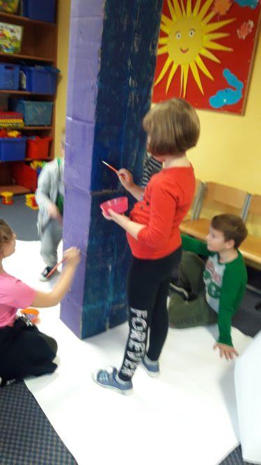 Dzieci dopracowują wygląd kredki