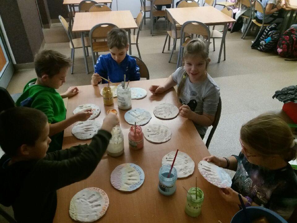 Dzieci wykonujące swoje prace