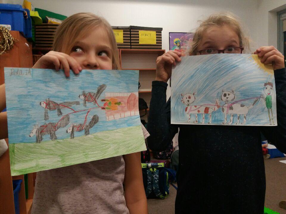 Dziewczynki pokazują swoje prace