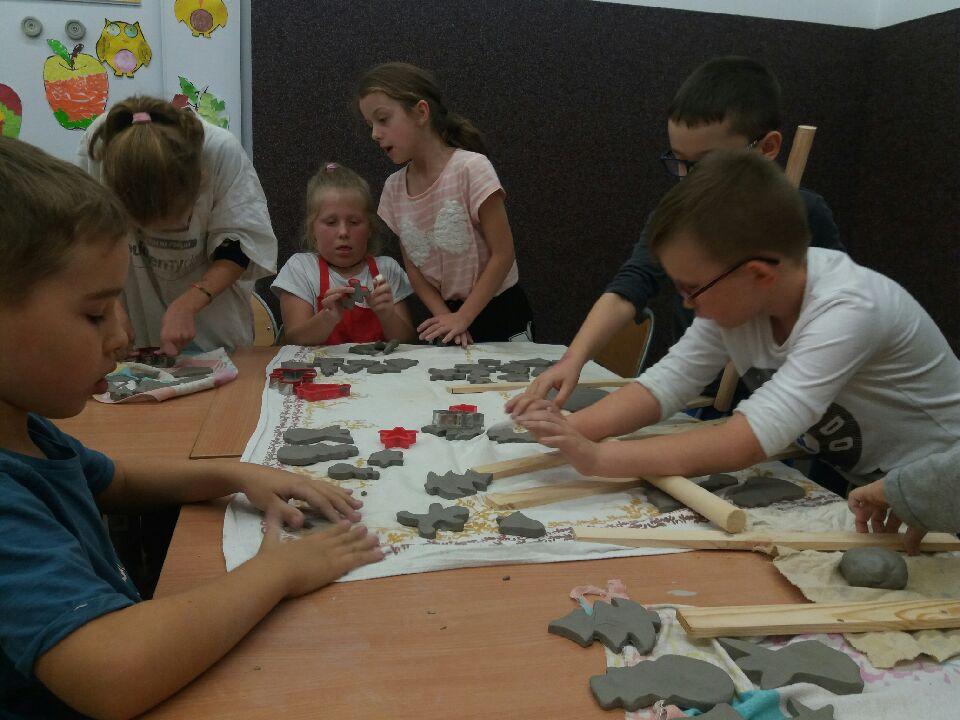 Dzieci wycinają foremkami wzory