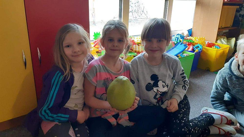 Dziewczynki prezentują pomelo