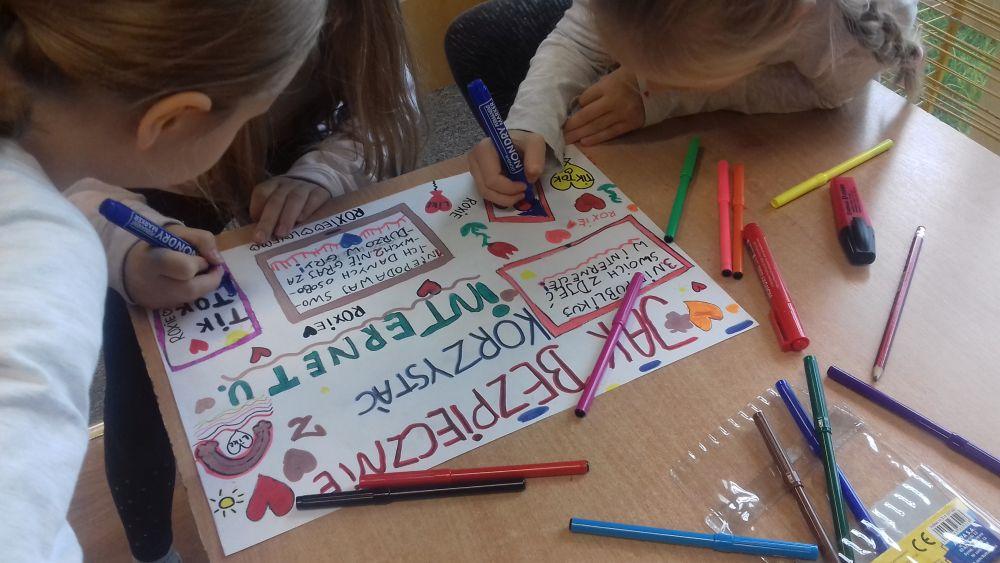 dzieci wykonują plakaty o bezpieczeństwie w sieci