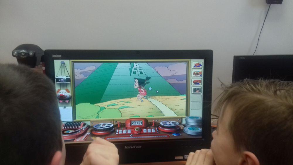 dzieci tworzą film na komputerze