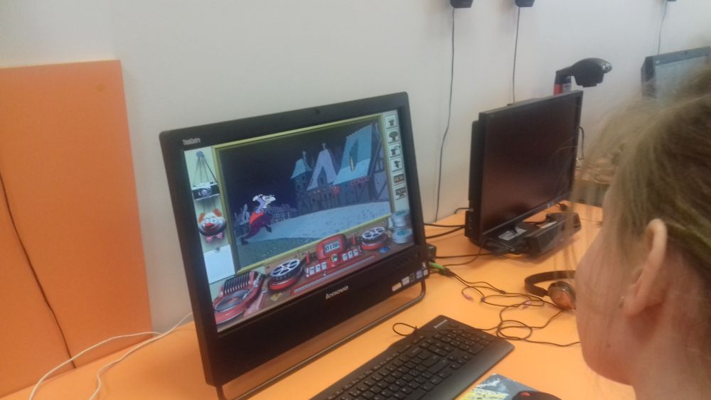 dzieci prezentują film na komputerze