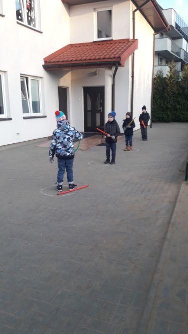 dzieci grają w serso na czas