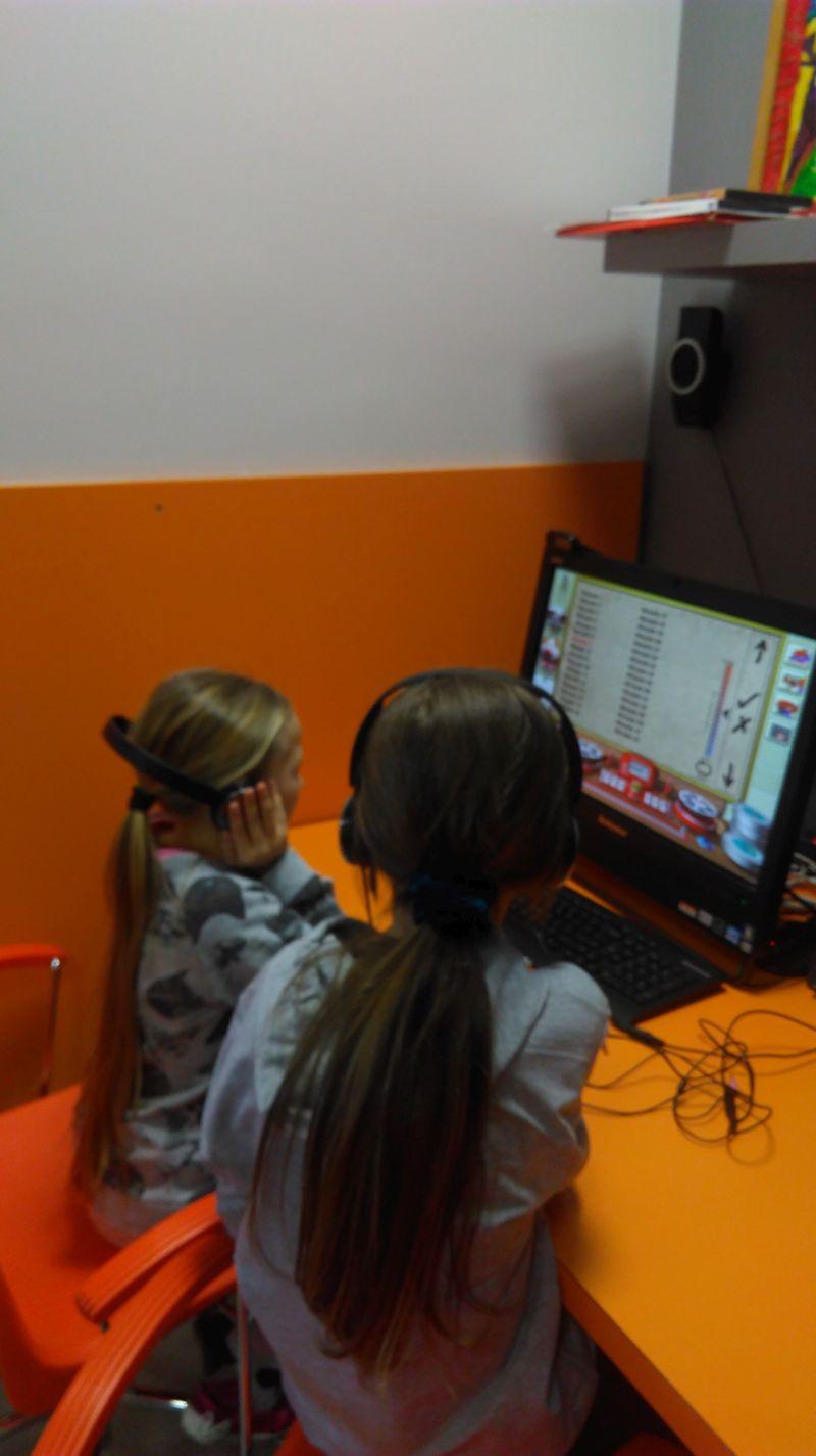 dwie uczennice tworzą film animowany na komputerze