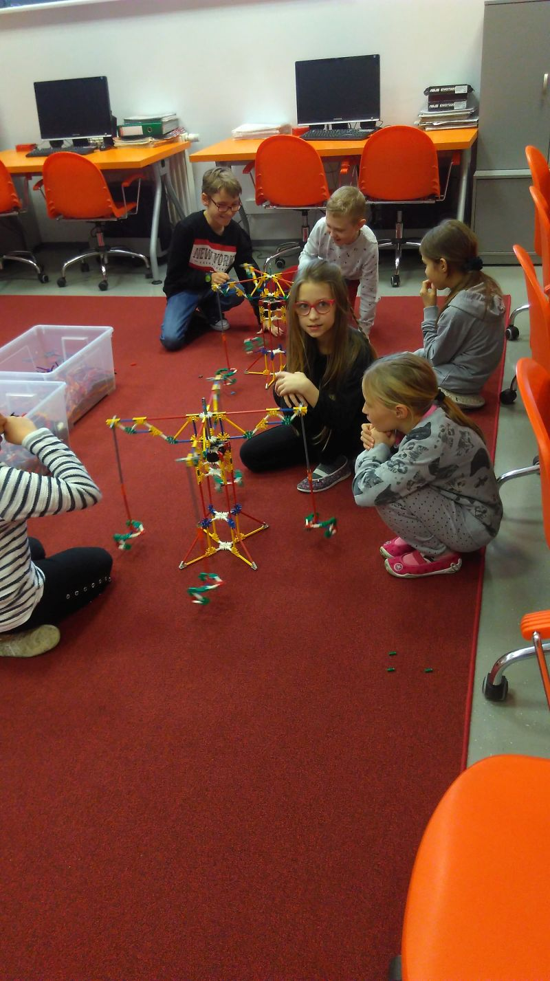 dzieci konstruują budowle z klocków K'Nex