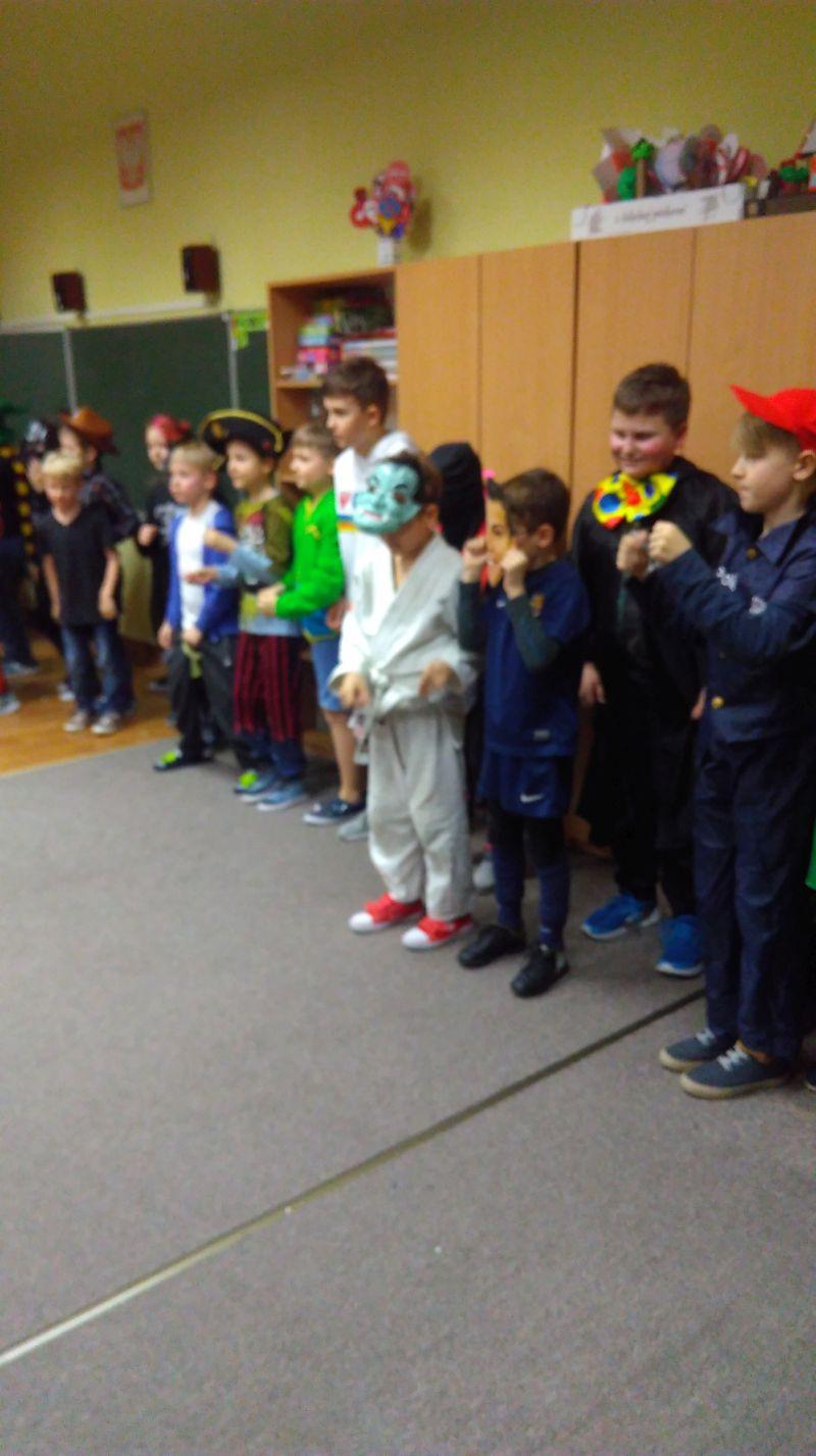 chłopcy biorą udział w zabawie