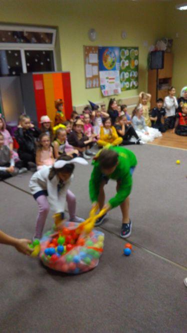 dzieci uczestniczą w konkursie z piłeczkami
