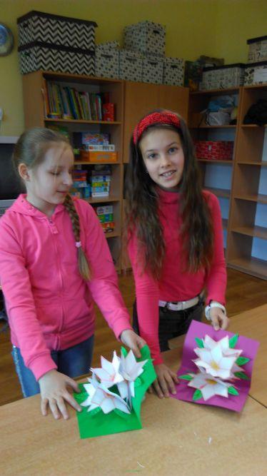 dziewczynki prezentują wykonane laurki
