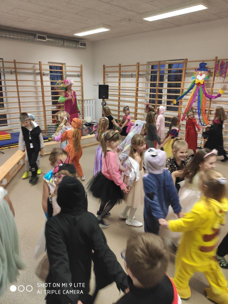 Dzieci biorą udział w konkursie