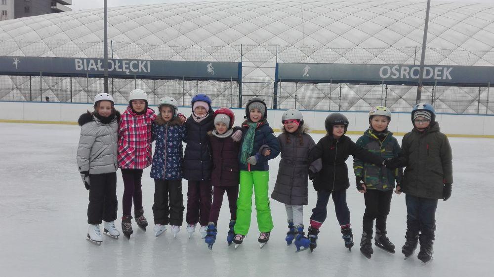 zdjęcie zbiorowe dzieci na łyżwach