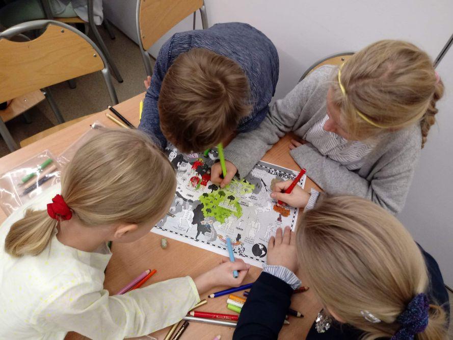 dzieci rysujące pracę